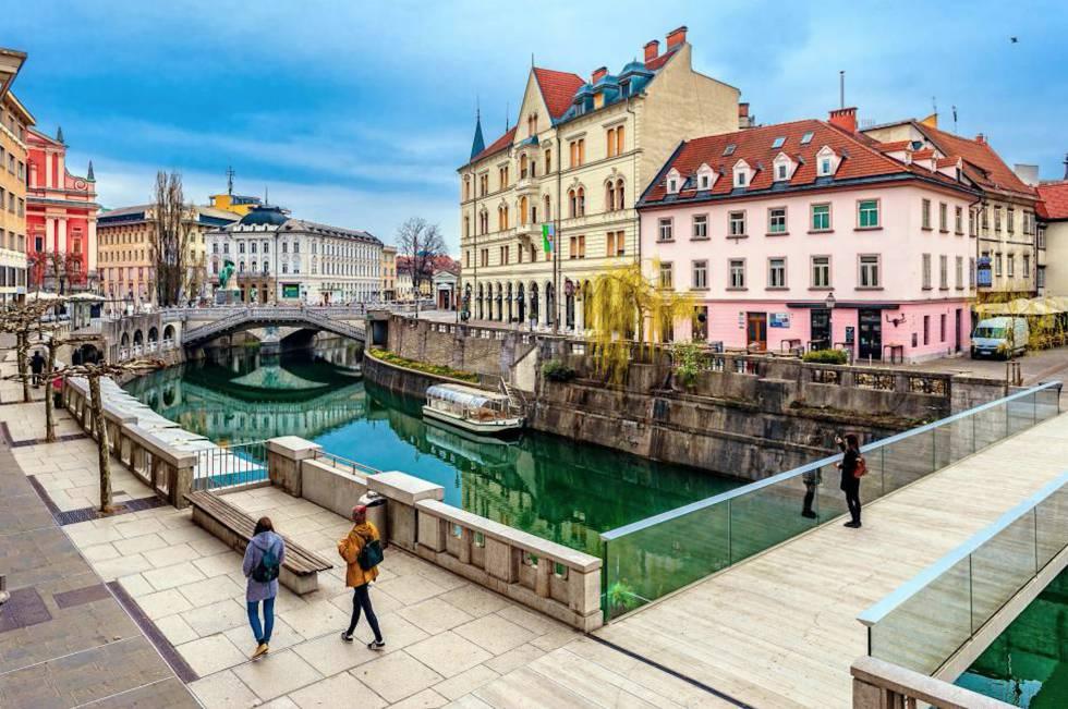 El centro de Liubliana, con el puente Triple al fondo.