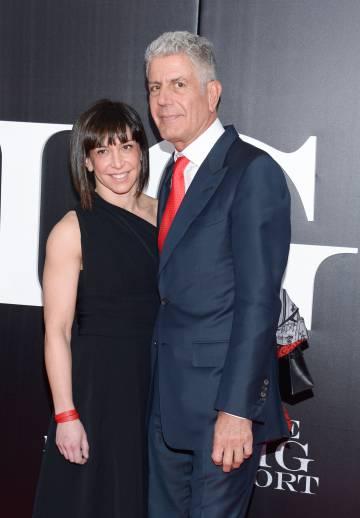 Anthony Bourdain e sua à época esposa Ottavia Busia em uma inauguração em novembro de 2015 em Nova York.