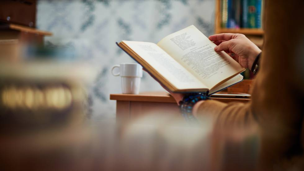 Una persona leyendo un libro.