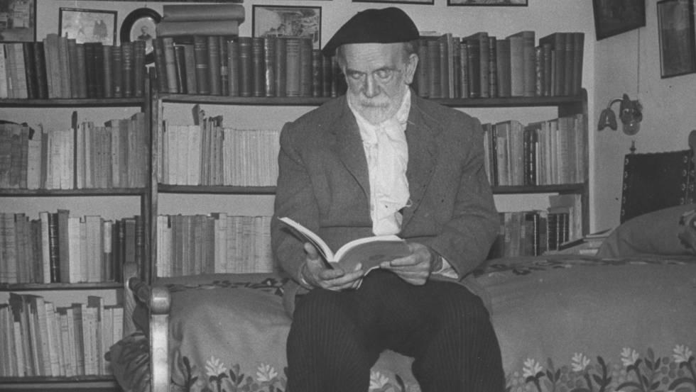 El escritor Pío Baroja fotografiado en su casa.