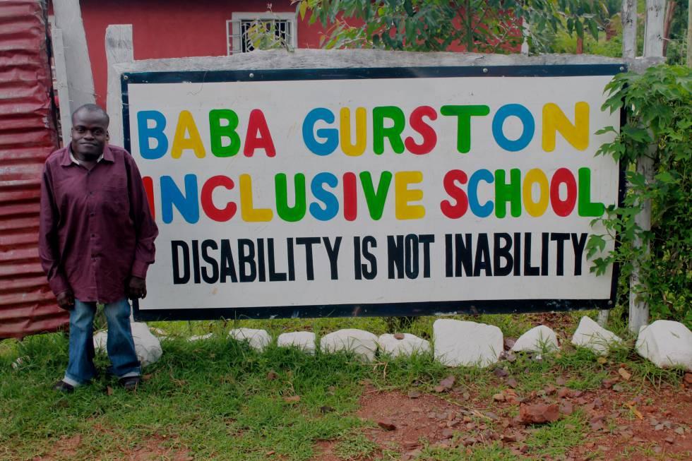 Baba Gurston, quien impulsa la escuela inclusiva de Kabondo, en la entrada del recinto.