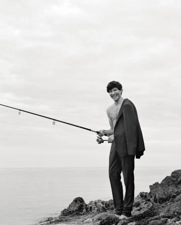 Fotografiar a Andrés Velencoso caña de pescar en mano luciendo un traje Dolce & Gabbana no es una tarea complicada. Lo difícil es que pase desapercibido entre sus vecinos.