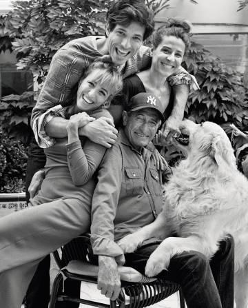 Andrés posa junto a su familia: su padre, Andrés, sus hermanas, Silvia y Sonia, y su perro, Herry. El modelo luce jersey y pantalón Gucci y camisa Hermès.