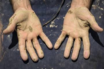 Las manos del alfarero, después de dar forma a unos ejemplares.
