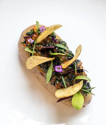 Patata con huevas, una creación de Clare Smyth.