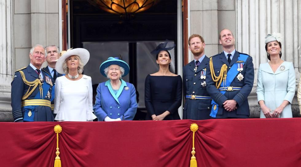 Carlos de Inglaterra, Camila de Cornualles, Isabel II, los duques de Sussex y los duques de Cambridge contemplan un desfile aéreo desde el palacio de Buckingham por el centenario de la Real Fuerza Aérea (RAF).