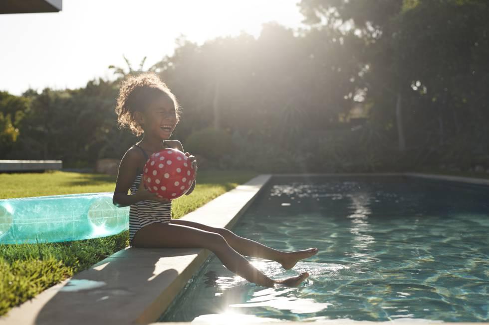 ¿Puede tu hijo bañarse en la piscina o en el mar cuando tiene otitis?