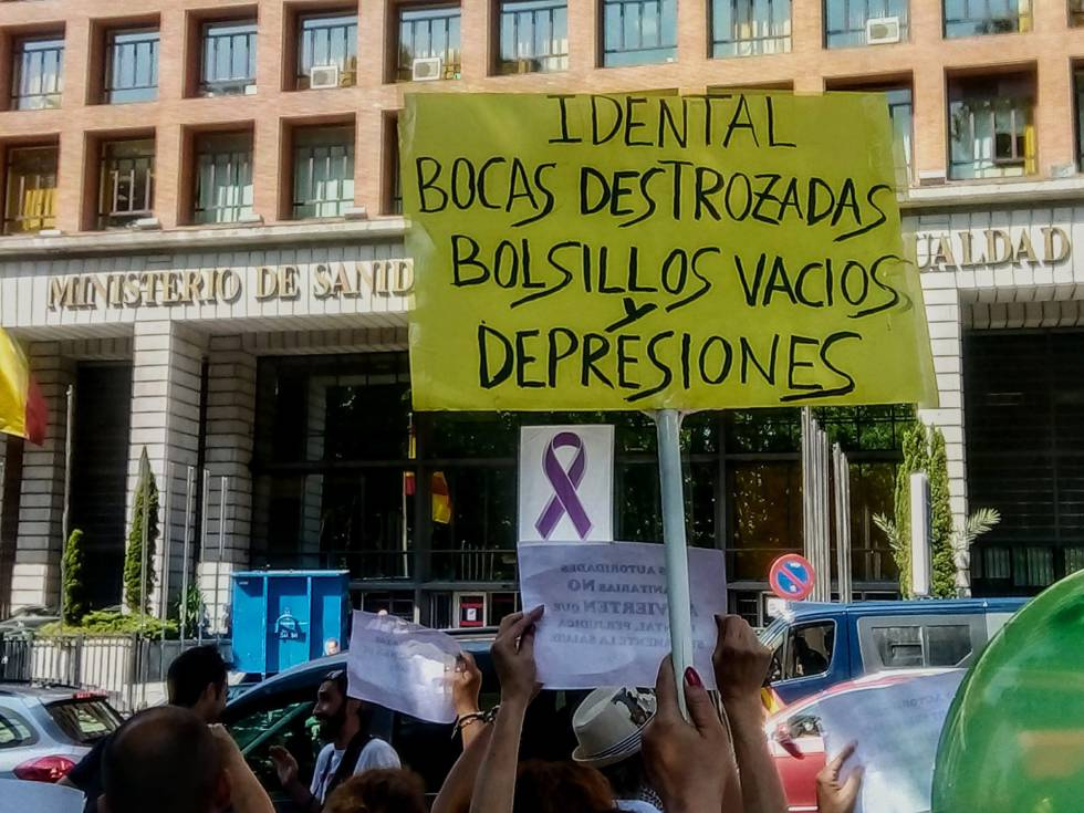 Afectados por el cierre de iDental protestan frente al Ministerio de Sanidad en Madrid.