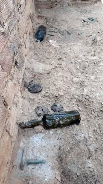Botellas y balas en el suelo del refugio antibombardeo.