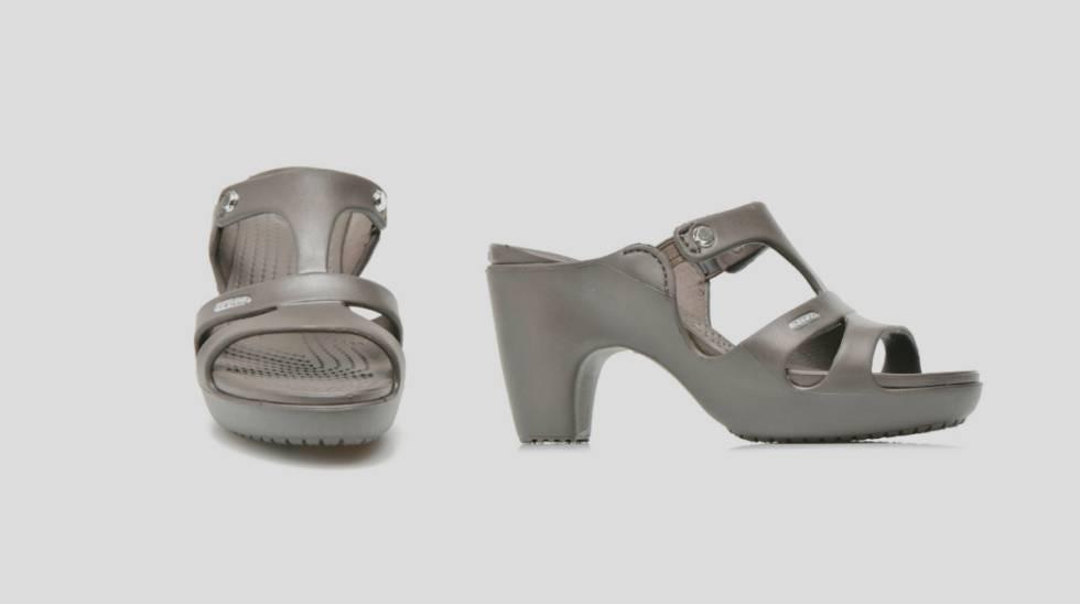3c951276e18bb Reinvención del zueco de Crocs en unas sandalias de goma de tacón para  mujer.