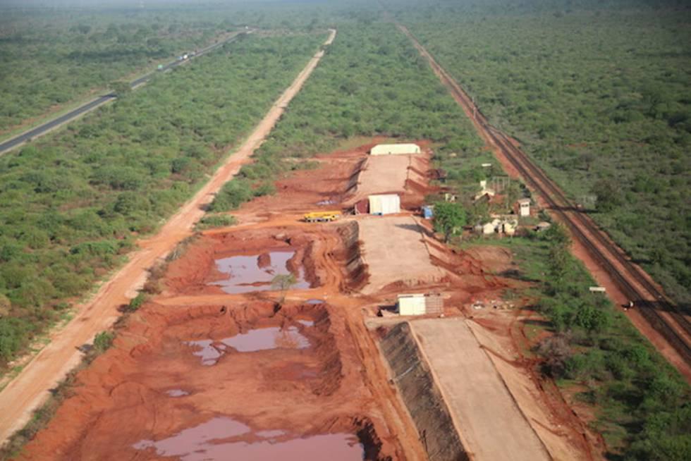 Construção de uma estrada entre os Parques Nacionais Tsavo Oriental e Tsavo Ocidental no Quênia.