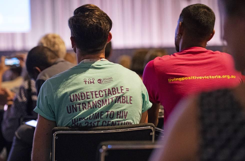 Asistentes en la Conferencia Internacional sobre el Sida AIDS2018 en Ámsterdam con la camiseta con el lema 'Undetectable=Untransmitable'.