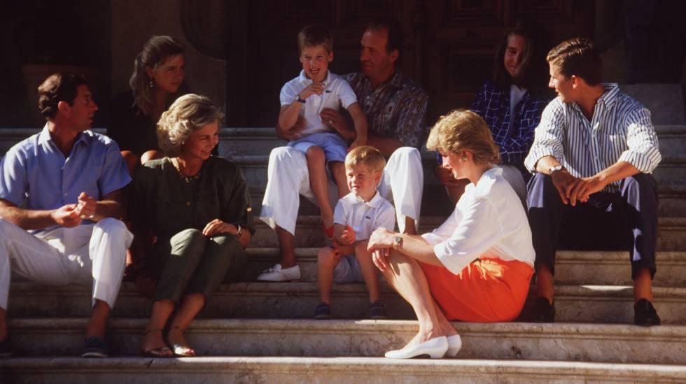Los príncipes Carlos y Diana de Gales en Marivent junto a los entonces reyes de España, Juan Carlos y Sofía, y sus hijos, Felipe, Elena y Cristina