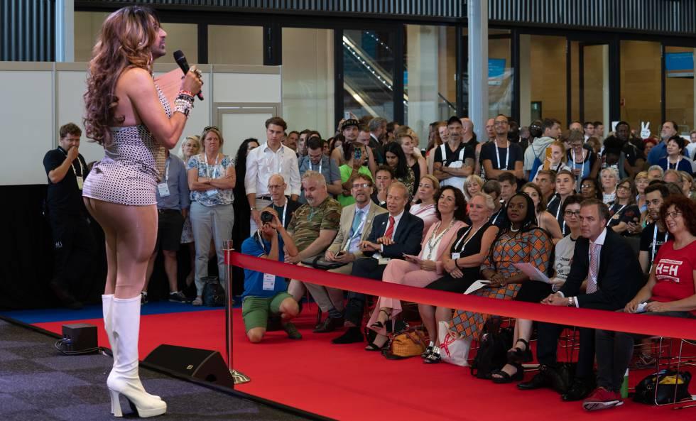 La 'drag queen' Jennifer Hopelezz se dirige al público en la 22ª Conferencia Internacional de Sida, que se ha celebrado en Ámsterdam.