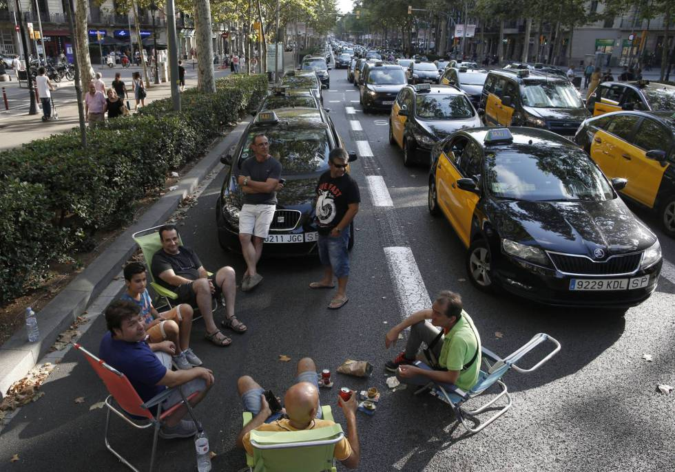 Hundreds of taxis block Gran Vía in Barcelona.