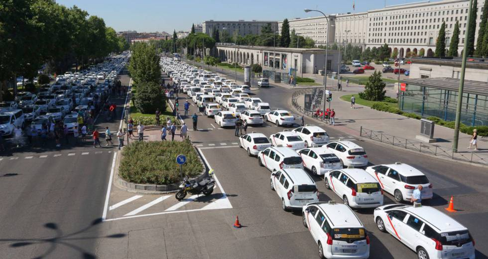 Taxis outside the Ministry of Public Works and Transport.