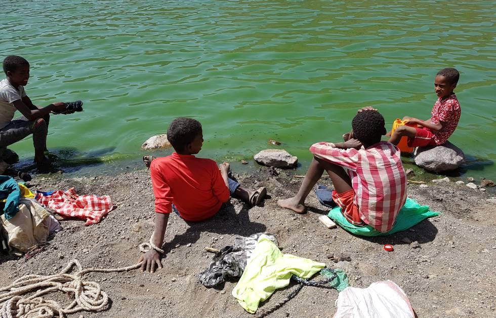 Niños lavan la ropa en el lago Arenguadi (Etiopía), lleno de espirulina.
