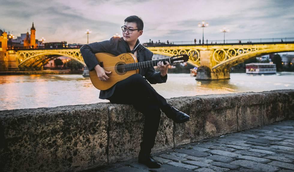 El chino Can Wang estudiará el grado de especialidad de Guitarra Flamenca en el conservatorio de Córdoba. En la foto, Wang en Triana (Sevilla).