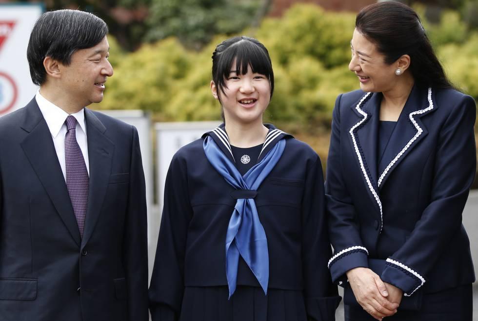 O príncipe Naruhito, herdeiro do Japão, com sua filha Aiko (no centro) e sua esposa, a princesa Masako, em março de 2017