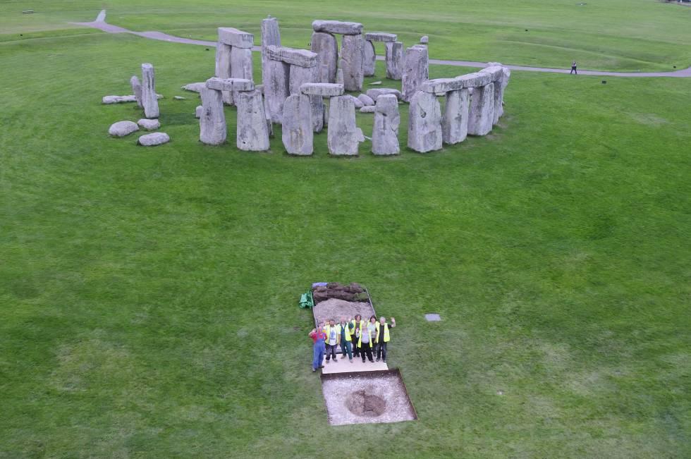 Excavación de uno de los enterramientos de Stonehenge.