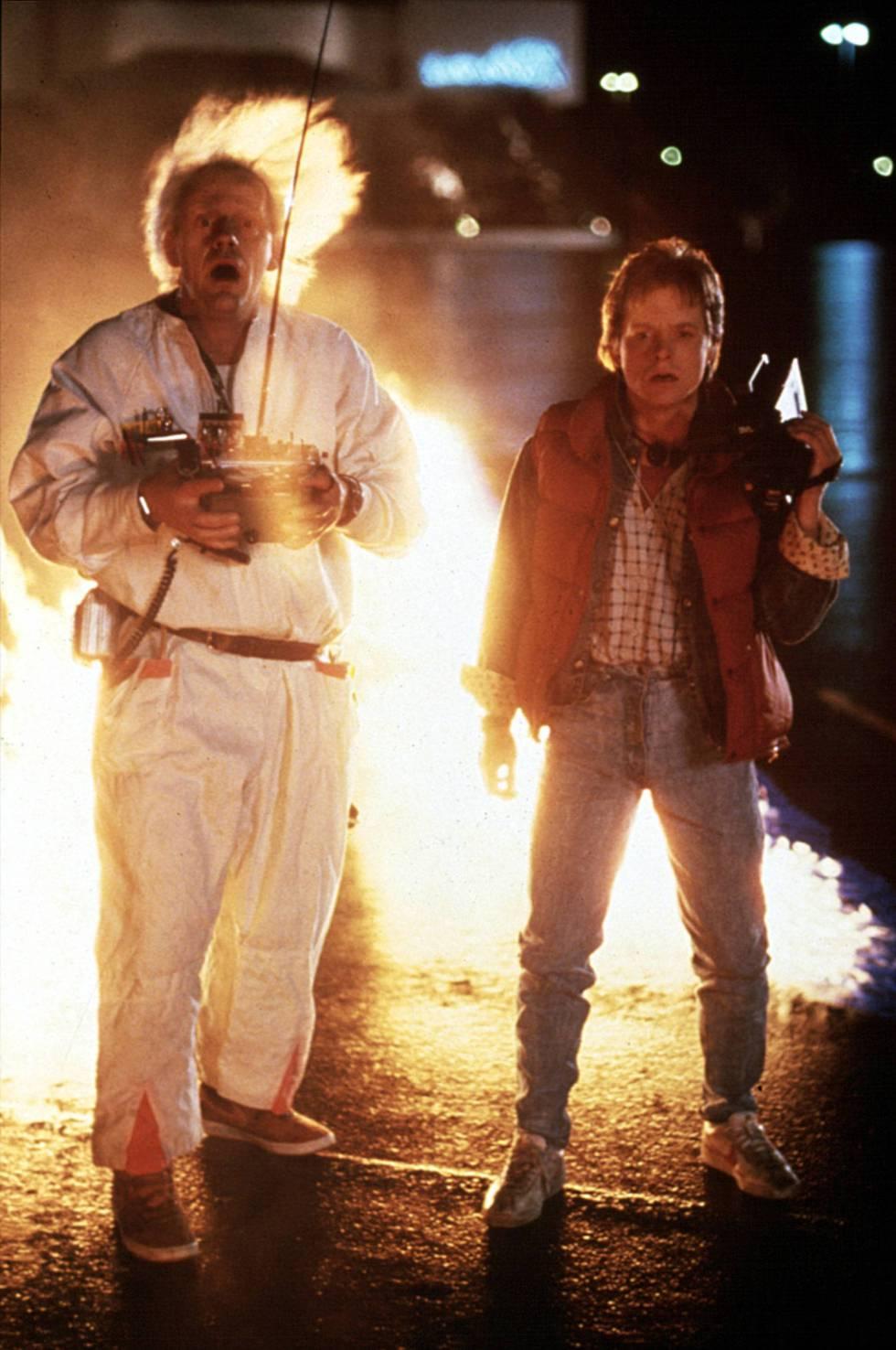 El papel que hizo famoso a Fox: el de Marty McFly en 'Regreso al futuro' (1985). En la imagen, con su compañero de reparto Christopher Lloyd.