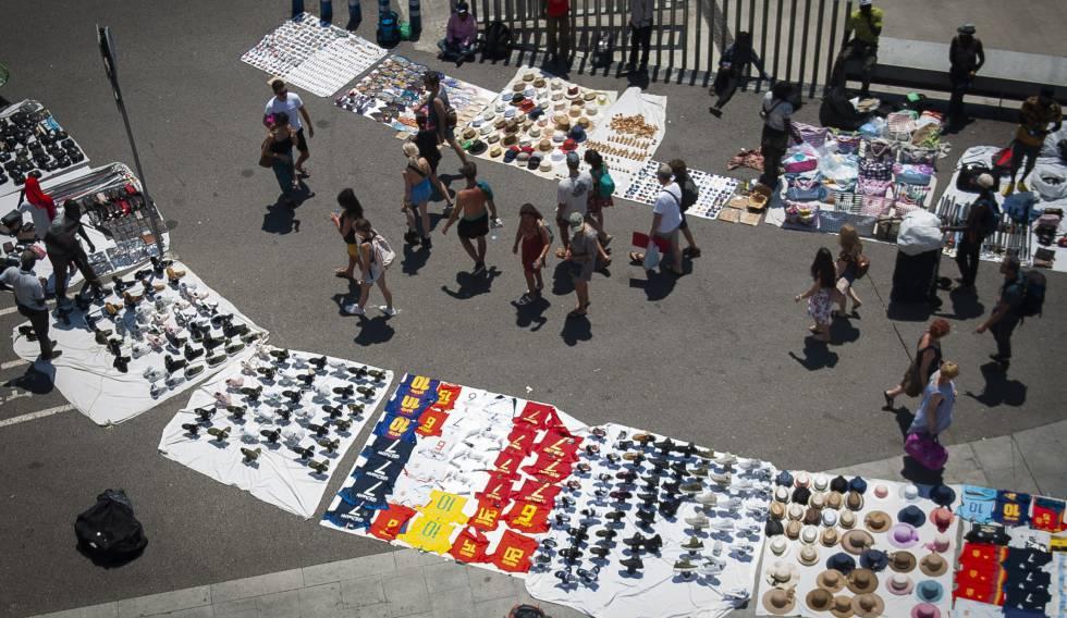 'Top manta' en el paseo Joan de Borbó de Barcelona