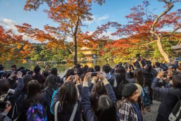 Los turistas se agolpan para tomar una foto en Kioto (Japón).