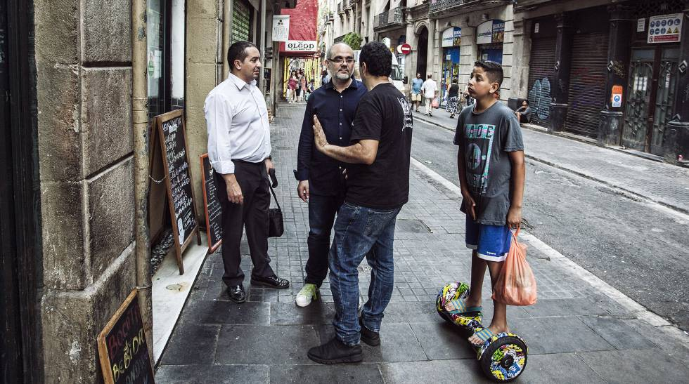 El Raval neighborhood, five minutes from the scene of the attack. Facing the camera, Ibrahim Pérez, spokesman for Muslims against Islamophobia. He believes that the lack of communication between Spanish Islamic society and the state is responsible for radicalization.