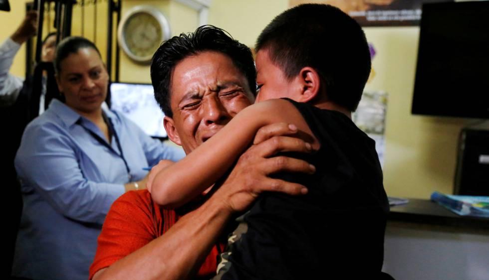 Abrazo entre Estanislao Pérez y su hijo, enviado de vuelta a Guatemala tras haber sido retenido en EE UU.