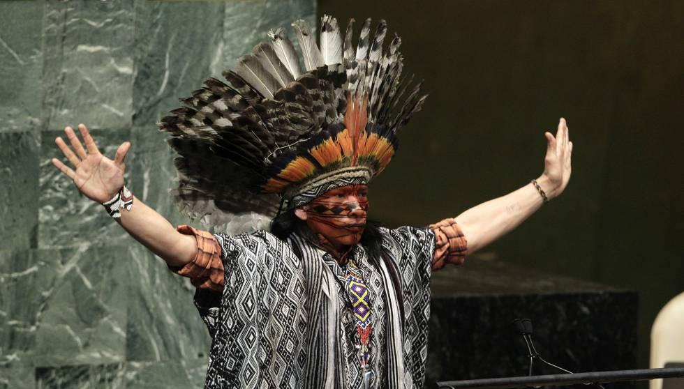 Nilson Tuwe Huni Kuĩ, líder indígena de la Amazonia brasileña, durante su intervención en un evento mundial sobre paz y diversidad religiosa en la sede de las Naciones Unidas de Nueva York, en febrero de 2013. rn rn