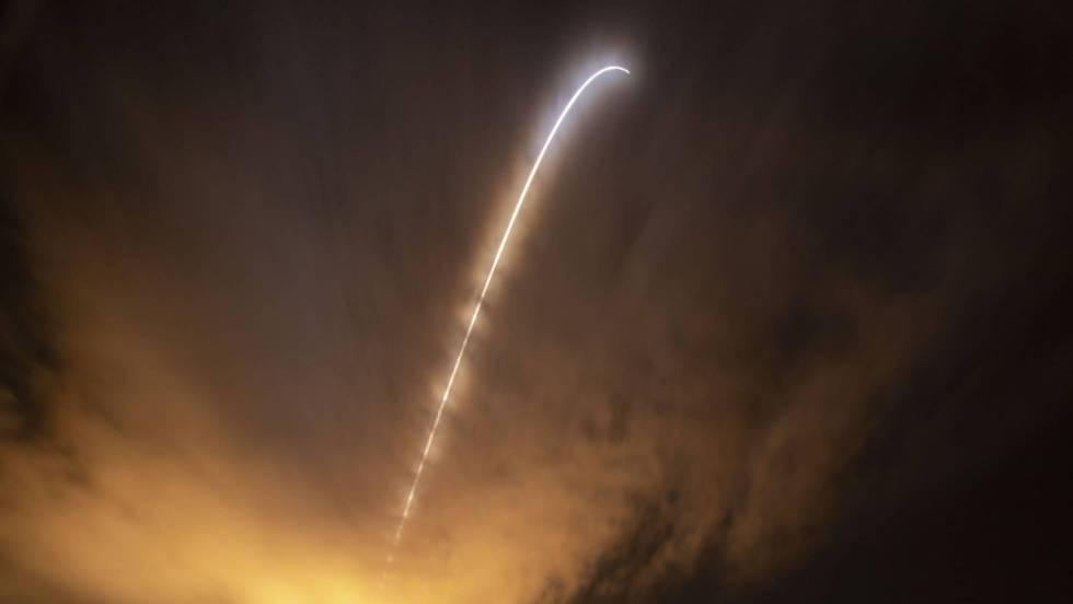O foguete Delta IV Heavy, com a sonda dentro, voa em direção ao Sol, hoje no Cabo Canaveral / No vídeo, momento em que a NASA lança a sonda Parker. (ATLAS) NASA/BILL INGALLS / HANDOUT EFE