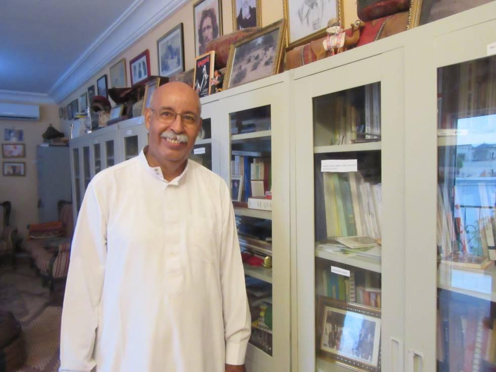 Ahmed Mahmoud 'Gemal' en su biblioteca de Nuakchot.