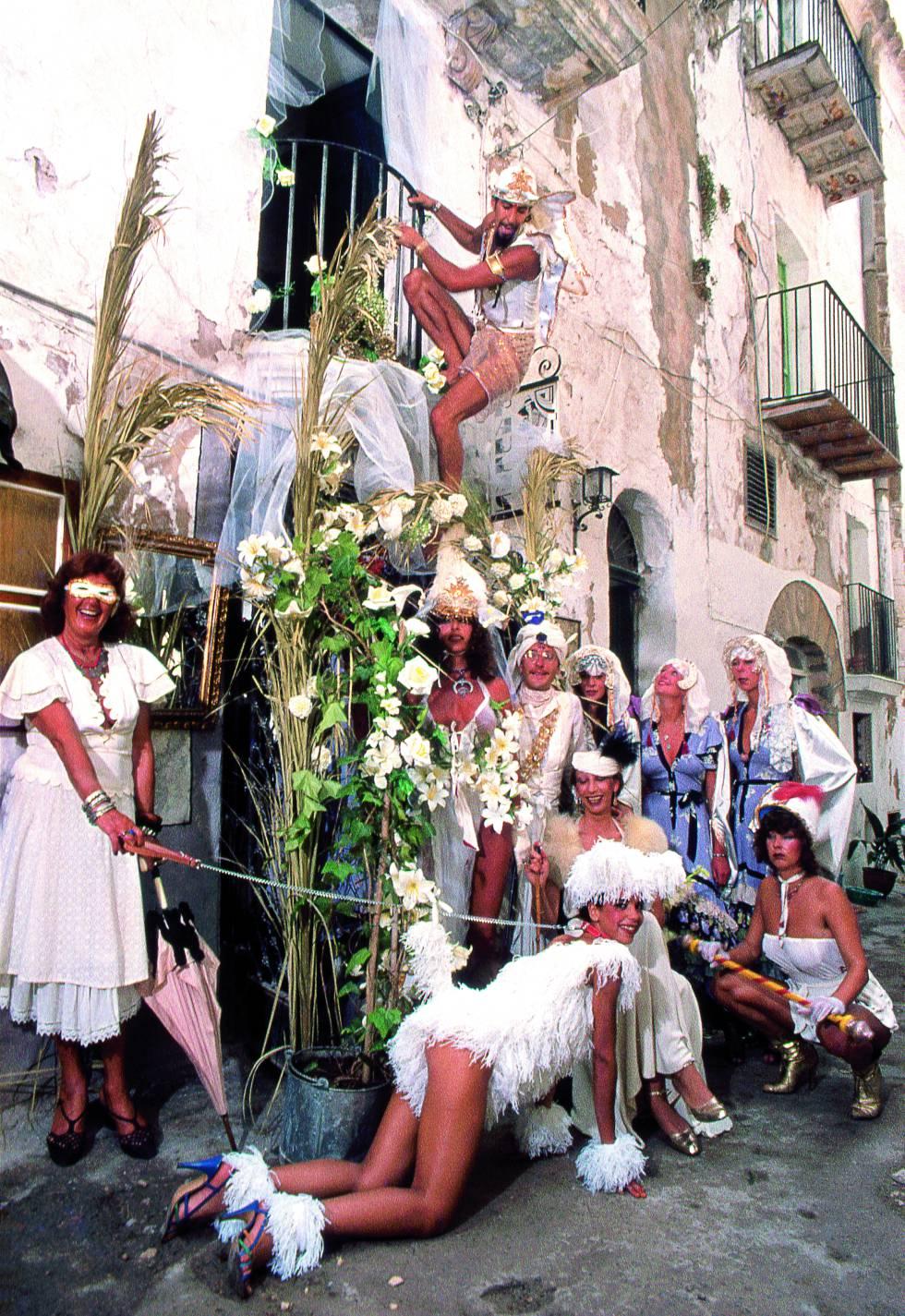 Un desfile callejero por Ibiza en los años 70.