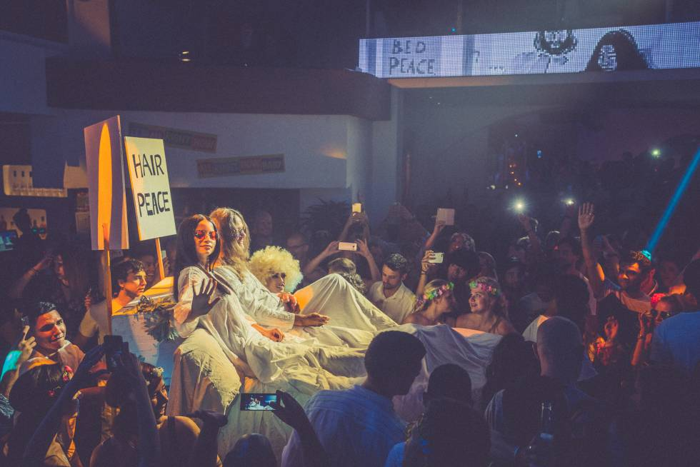 Una cama que imita la de Yoko Ono y John Lennon, en Pacha Ibiza.