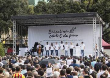Barcelona pays tribute to the victims of last year's terror attacks
