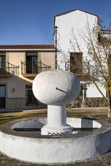 Una fuente en una de las cinco plazas de La Bazana.