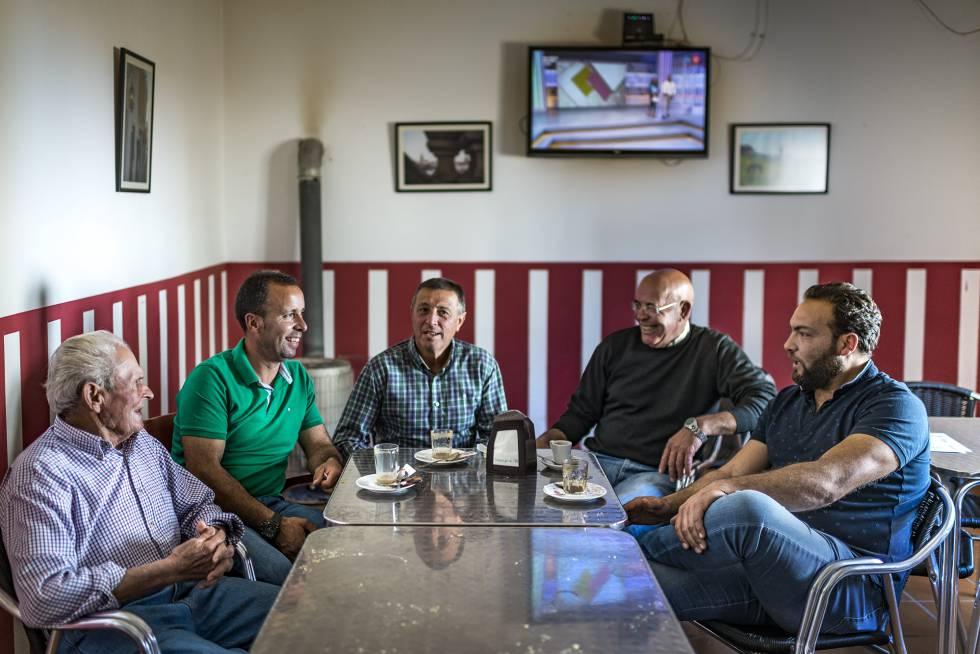 Varios vecinos de La Bazana reunidos en el teleclub del pueblo.
