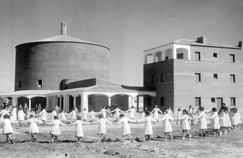 La iglesia y la plaza de Entrerríos en los años cincuenta.