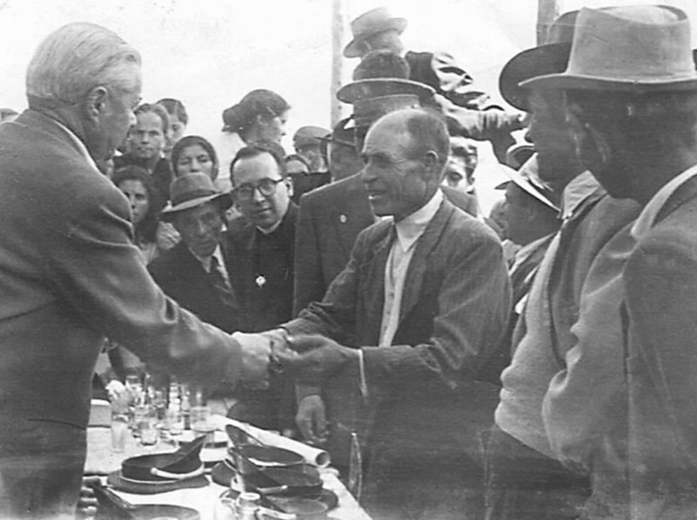 Entrega de casas y parcelas en La Bazana en 1956.