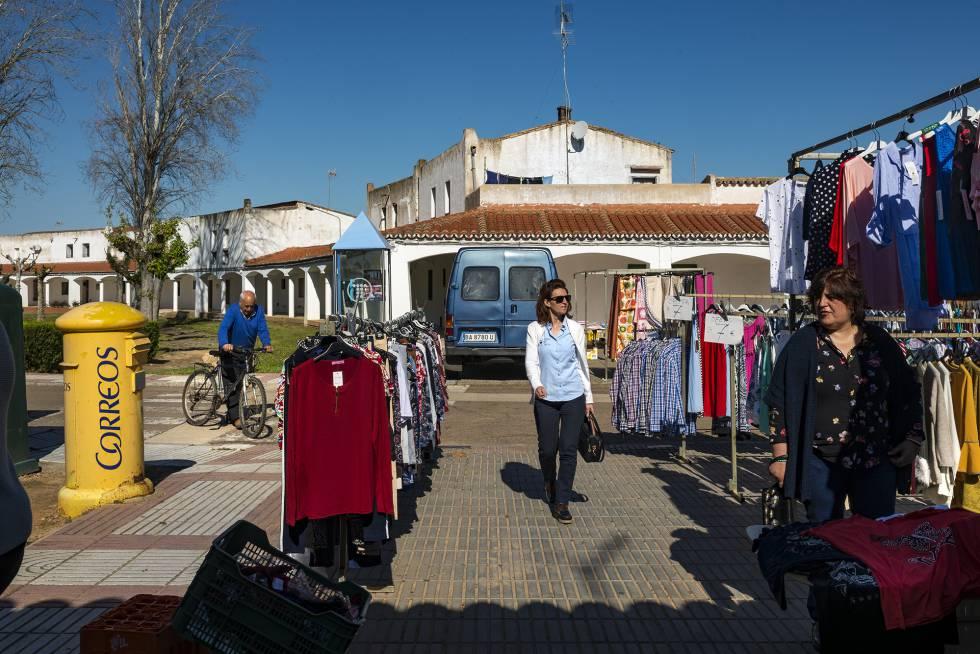 La plaza porticada de Entrerríos en una mañana de mercado.