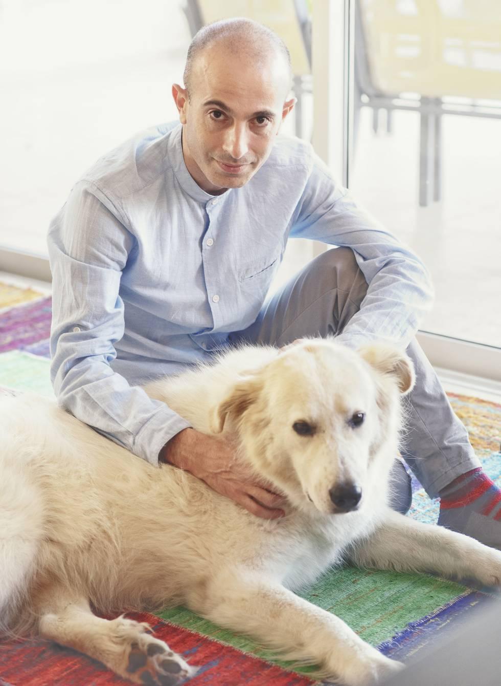 Harari acaricia a Pengo, un perro mestizo que él y su marido recogieron de la calle.