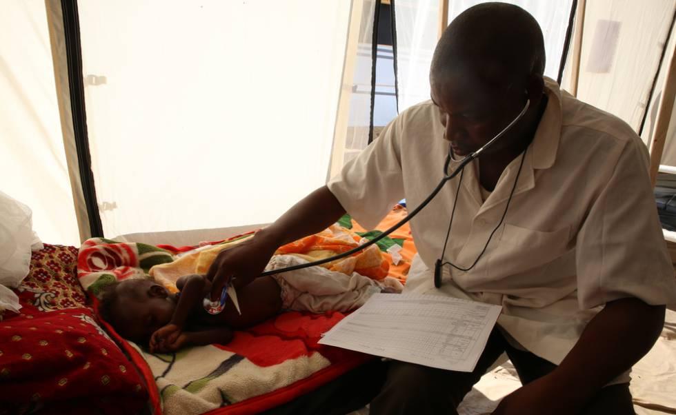 Un doctor examina a un niño con desnutrición en un centro de salud de MSF en Yamena, Chad.
