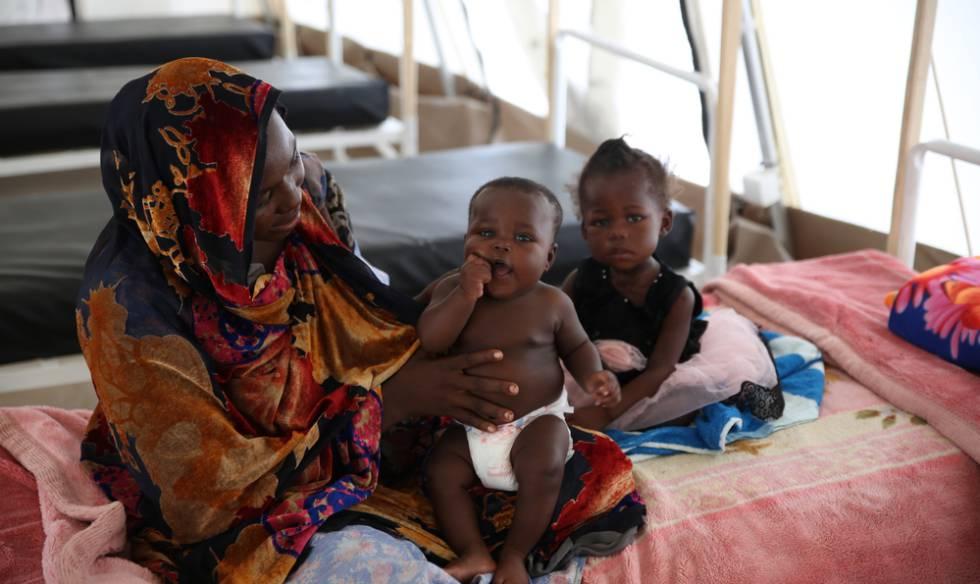 Hawraa, de 27 añsos, tiene dos hijas, y una de ellas sufre malnutrición aguda severa con complicaciones médicas.
