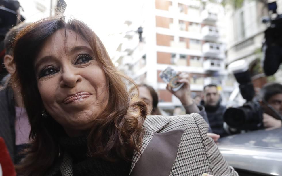 Cristina Fernández entra en un vehículo para declarar en el caso de corrupción.