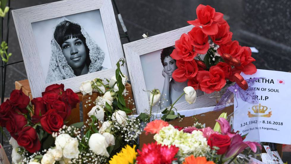 Una ofrenda colocada sobre la estrella de Aretha Franklin en el Paseo de la Fama de Hollywood.