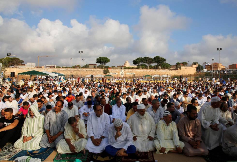 Decenas de musulmanes celebran la fiesta grande del islam en Melilla.