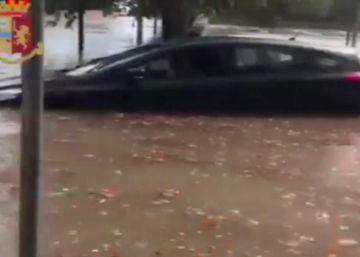 La policía italiana rescata a un niño de un coche bloqueado por las lluvias