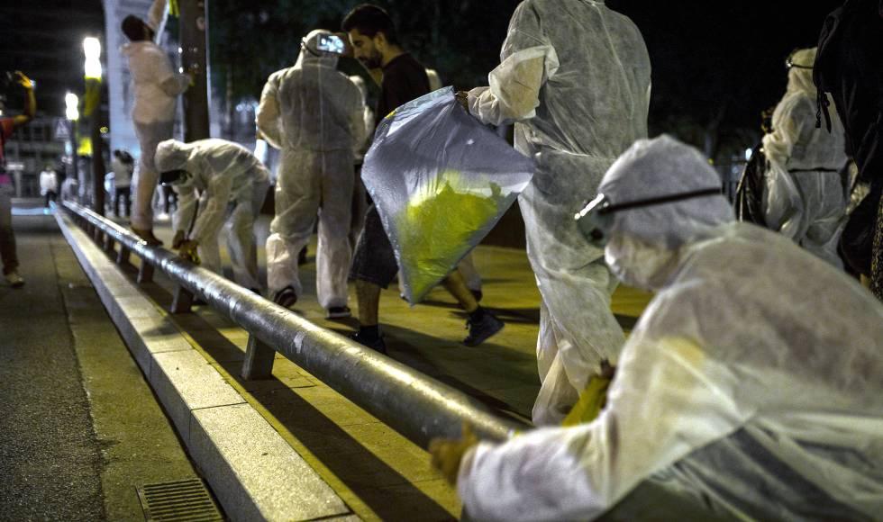 Las imágenes de la retirada de lazos amarillos en La Bisbal d'Empordà