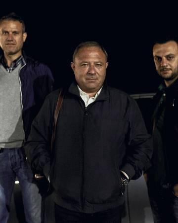 O jornalista do Il Quotidiano del Sud Michele Albanese é um dos que melhor conhecem a organização.  Ele posa com seus acompanhantes, uma proteção que ele tem desde 2014, quando o 'Ndrangheta planejava assassiná-lo.