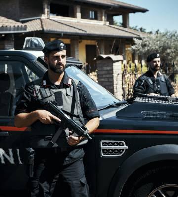 Carabineros guardam a casa de um capo do 'Ndrangheta fugiu.